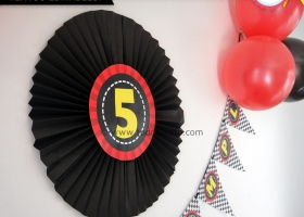 Decoración de cumpleaños de autos de carrera