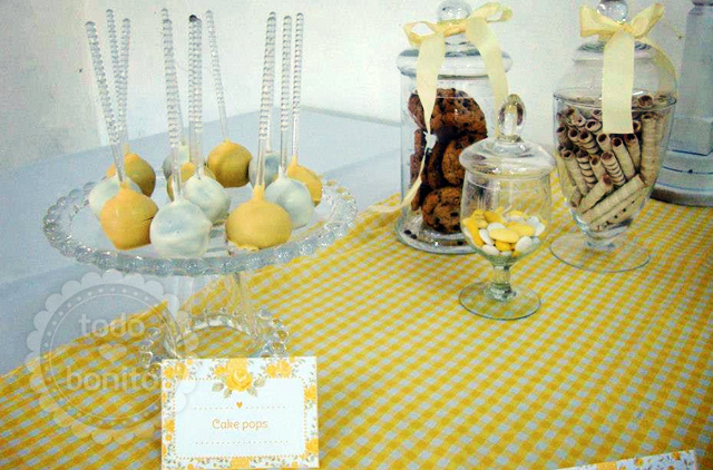 Cake pops y frascos con cosas ricas