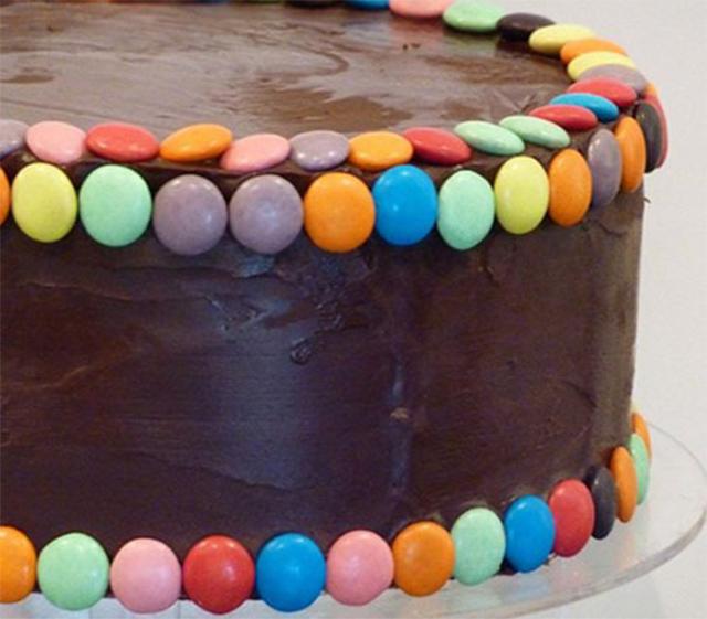 Preparaciones originales con confites de colores for Como decorar una torta facil y rapido