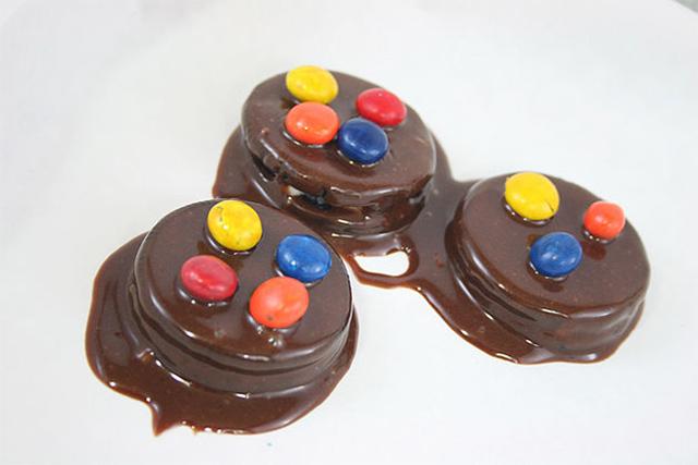 Oreos con chocolate y confites rocklets M & M