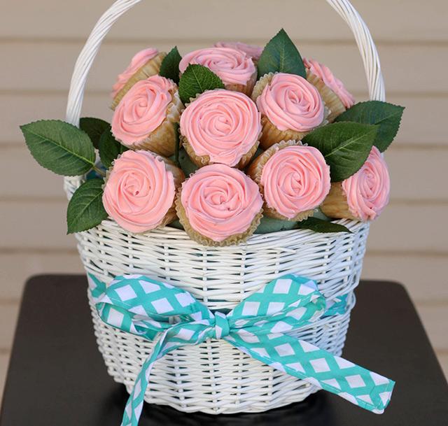 Canasta con cupcakes