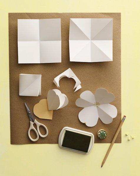 haciendo flores de papel