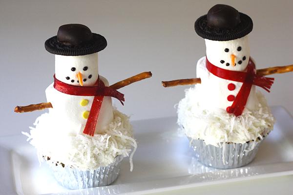 Mini Snowmen  5 Snacks creativos para la celebración de Navidad Easy DIy Snowmen cupcakes