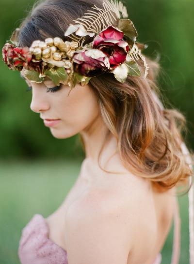 Corona de flores y detalles marsala