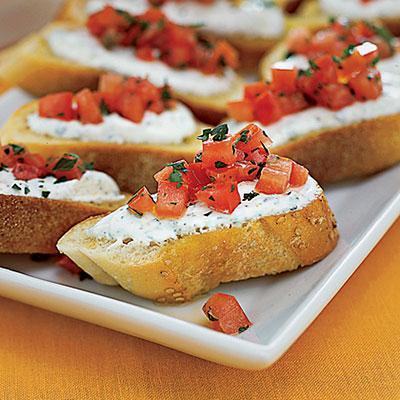 Tostada con queso tomate y albahaca