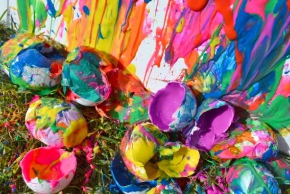 Arte con huevos rellenos de pintura