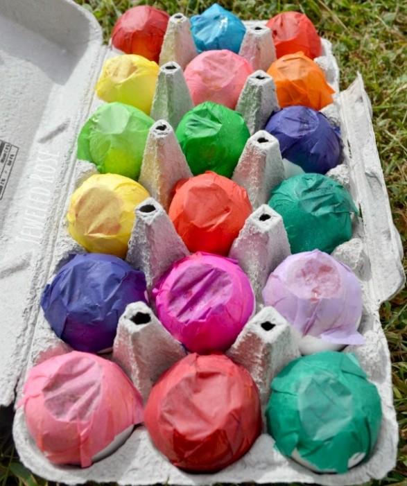 Cáscaras de huevo llenas y selladas con papel