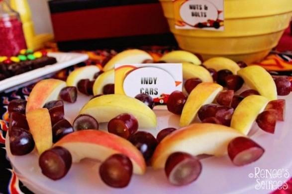 Autos con mansanas y uvas