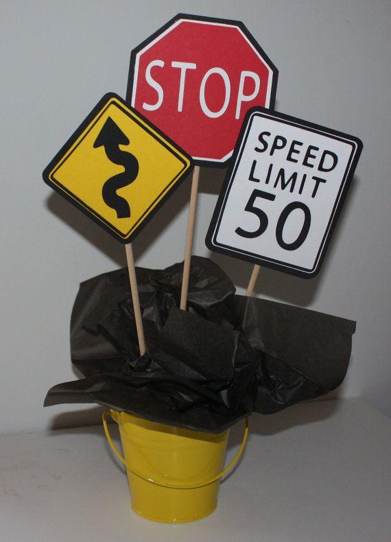 Cedntros de mesa con señales de tránsito