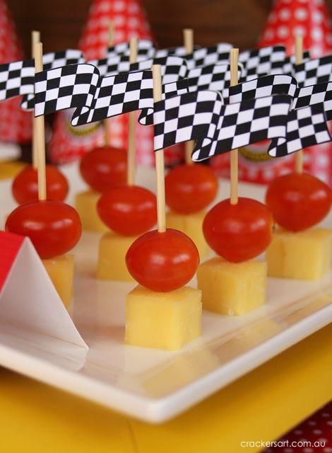 Pinches de tomate y queso con banderas