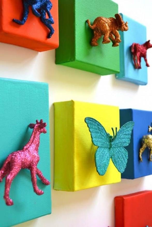 Formas forradas en colores y animales plásticos pegados y pintados