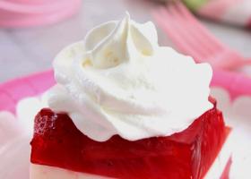 Postre de gelatina y frutilla