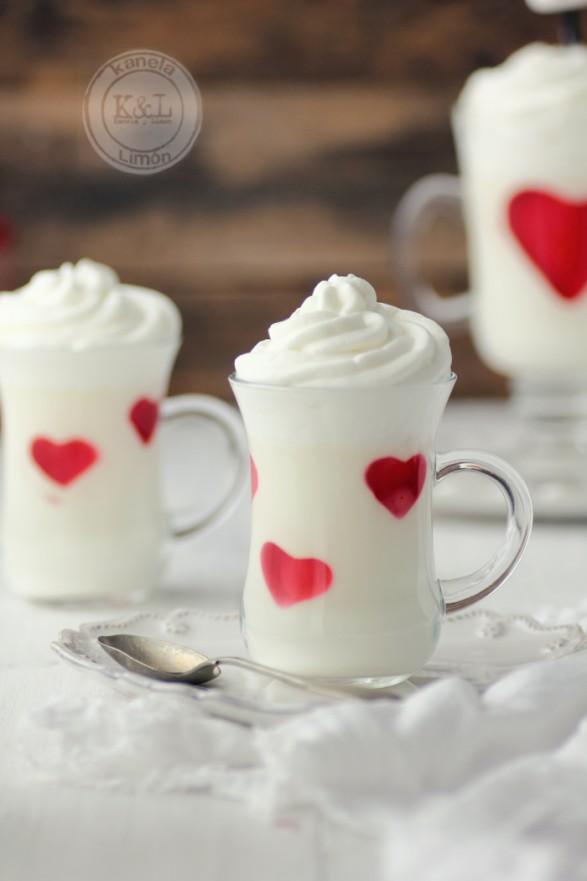 Panna cotta de chocolate blanco y corazones de gelatina.