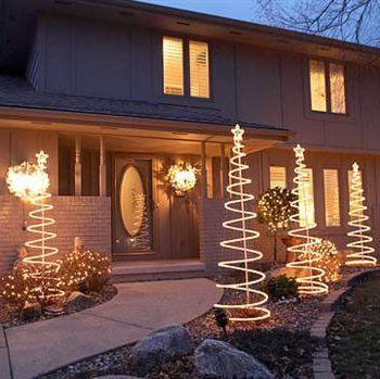 Decorando con luces en Navidad