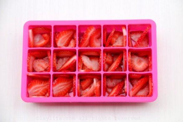 cubitos de hielo con frutillas