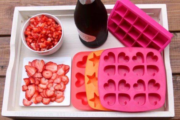 Delicosos cubos de hielo de frutilla y champagne
