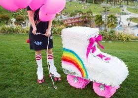 Increíble piñata con forma de patín