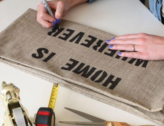Almohadones con frases en stencil