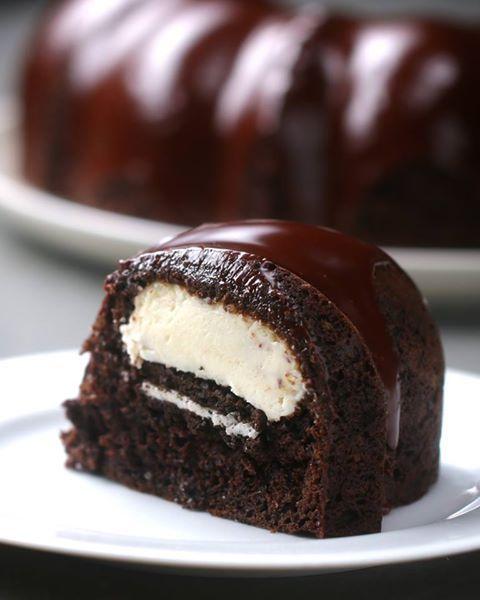Budin glaseado con chocolate y relleno con cheesecake