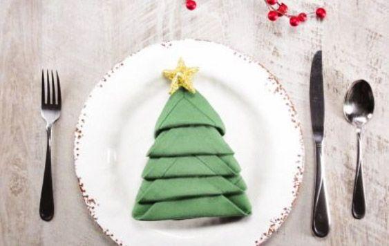 Servilletas en forma de árbol de Navidad para la mesa navideña