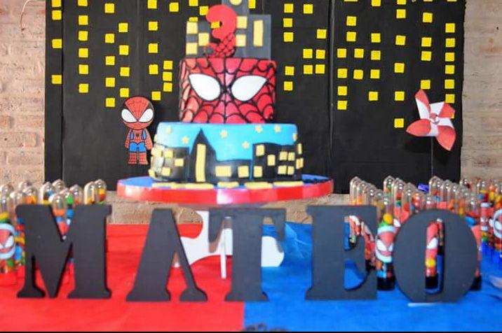 Letras corporeas y torta cumple Mateo Hombre Araña Todo Bonito