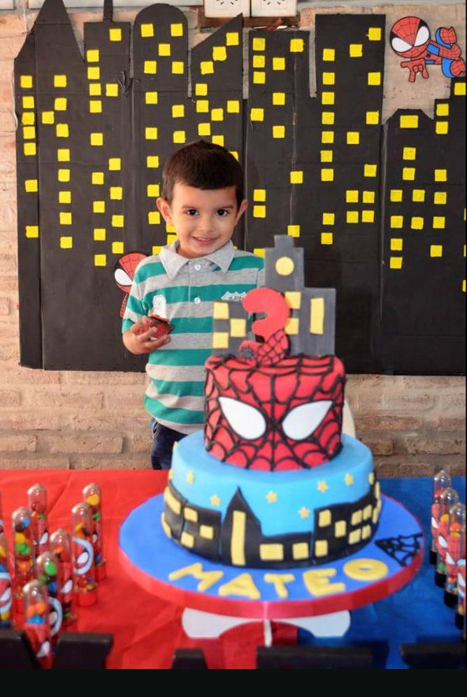 El cumpleañero feliz con torta Hombre Araña y Kit Todo Bonito