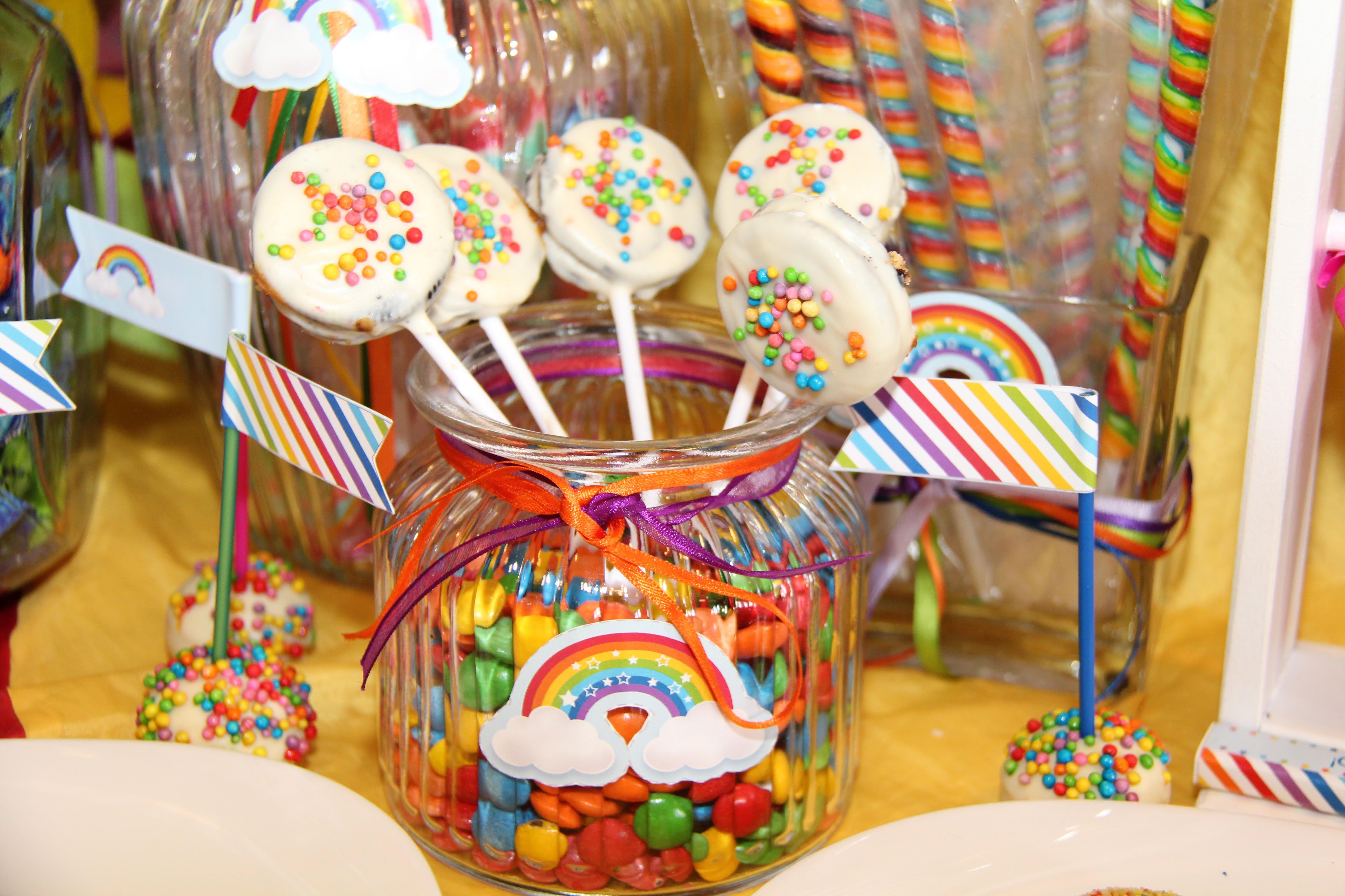 Cosas ricas mesa dulce decorada con Kit Imprimible Arco Iris
