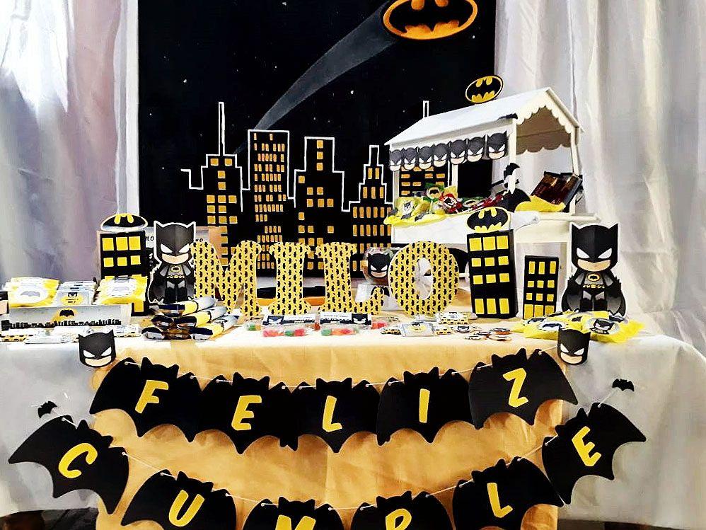 Mesa dulce decorada con el kit imprimible de Batman de Todo Bonito