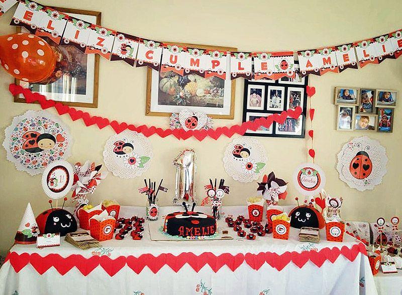 Mesa decorada con diseños imprimibles de vaquitas de san Antonio de Todo Bonito