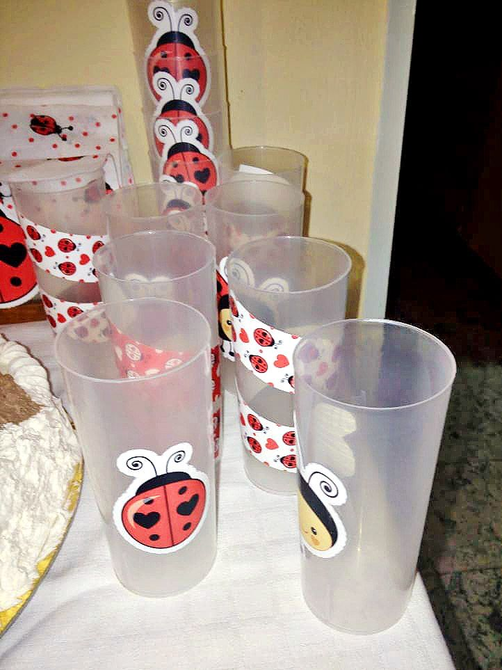 Decoración en vasos con imprimibles de vaquitas de san Antonio