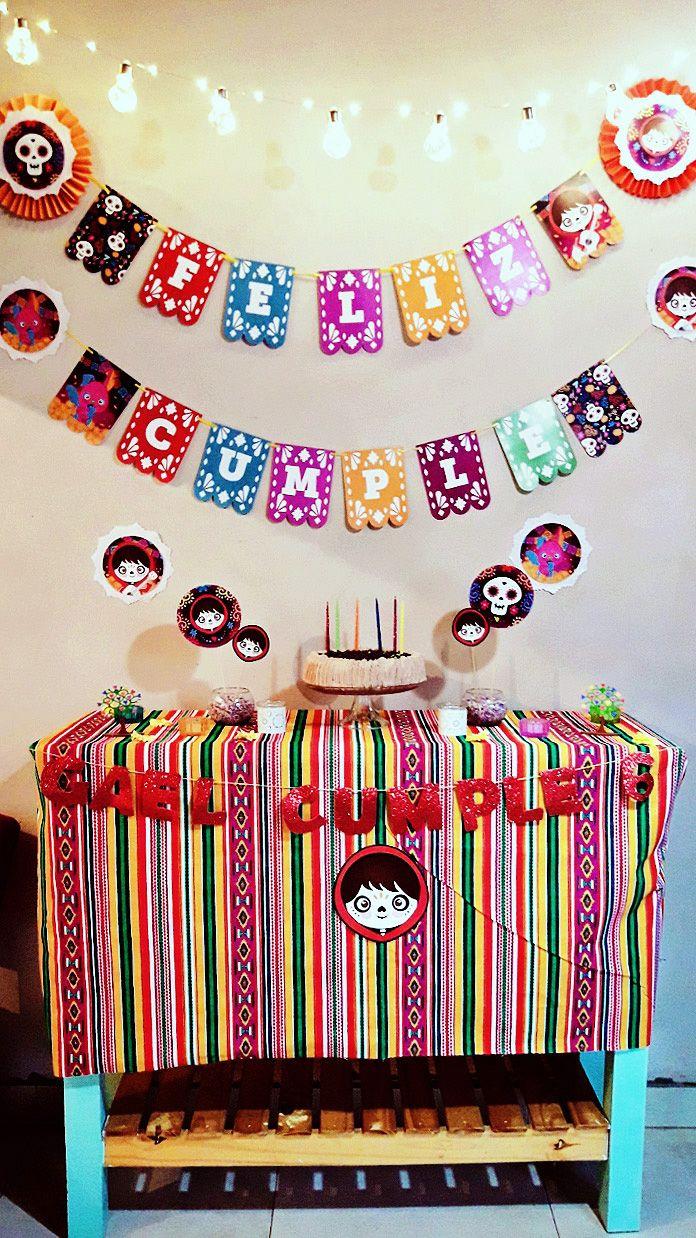 Mesa y torta decoradas con imprimibles de la temática Coco por Todo Bonito