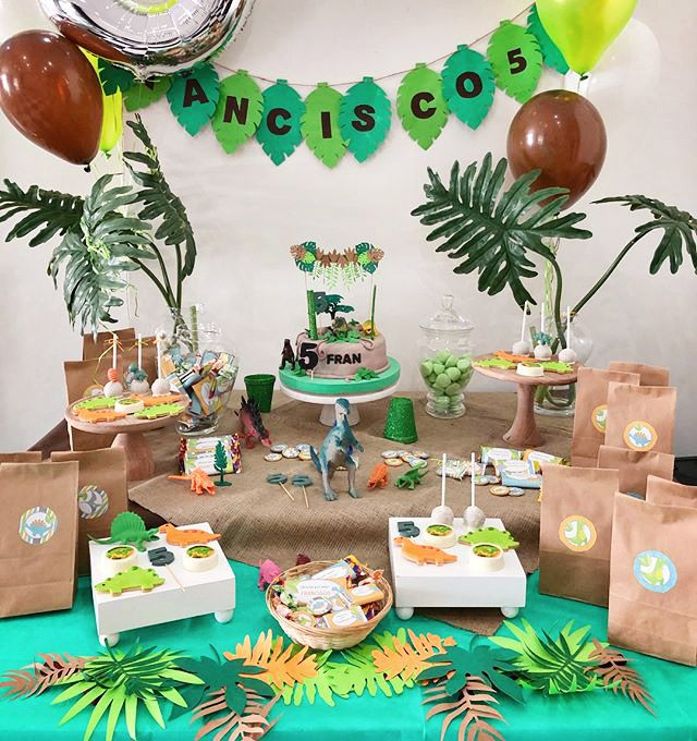 Mesa dulce cumpleaños de dinosaurios