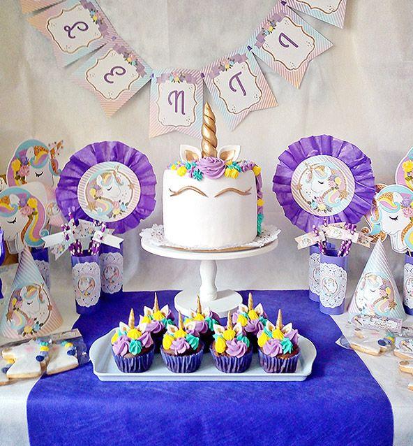 Torta y cupcakes en mesa principal decorada imprimibles unicornios