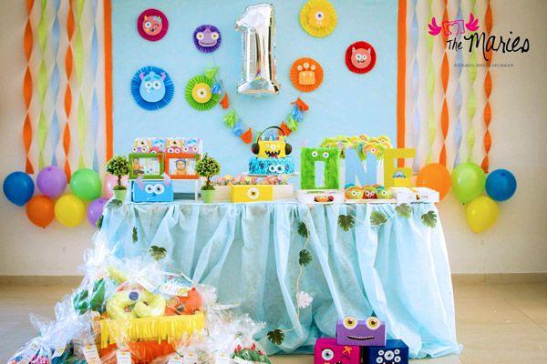 Mesa con decoraciones de monstruitos de Todo Bonito