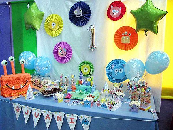 Mesa con decoraciones imprimibles de monstruitos para cumpleaños