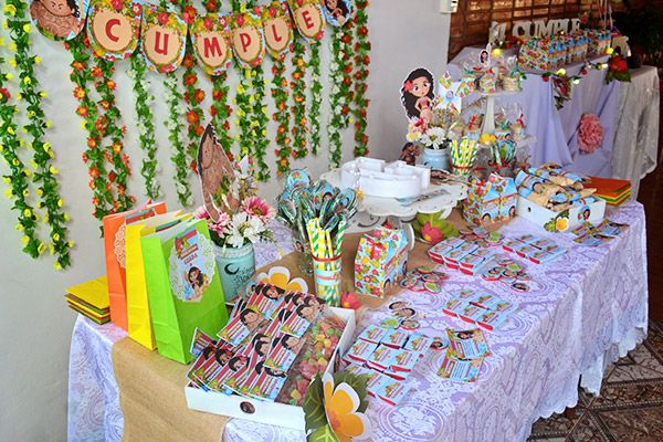Hermosa mesa dulce con decoraciones imprimibles de Moana