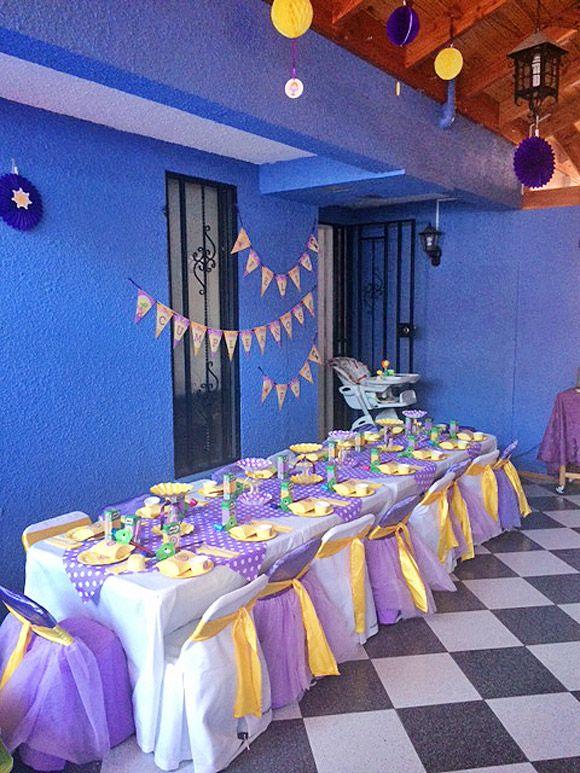 Mesa de invitados decorada con temática Rapunzel