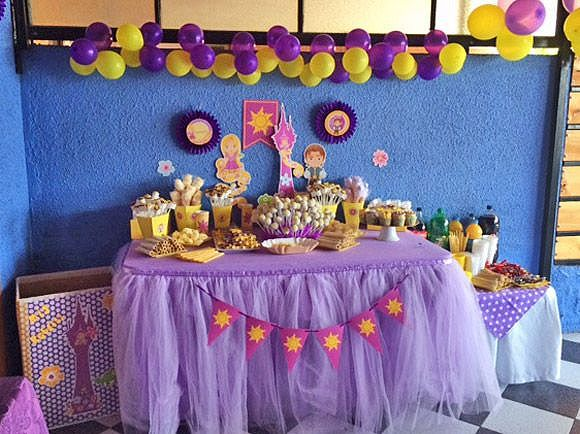 Mesa principal decorada con kit Rapunzel Todo Bonito