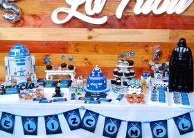 Mesa dulce de cumpleaños decorada con imprimibles de Star Wars