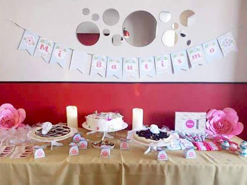 Mesa principal con decoraciones imprimibles de flores y mariposas by Todo Bonito