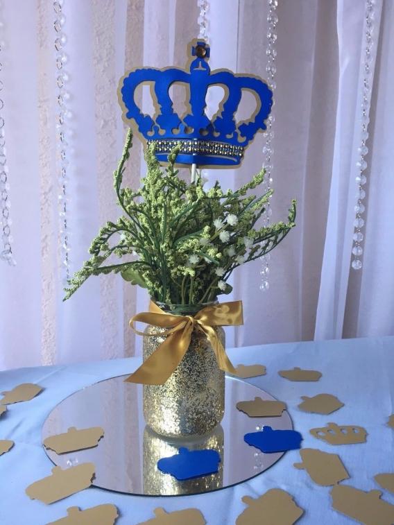 Arreglos para una fiesta con coronas para niño