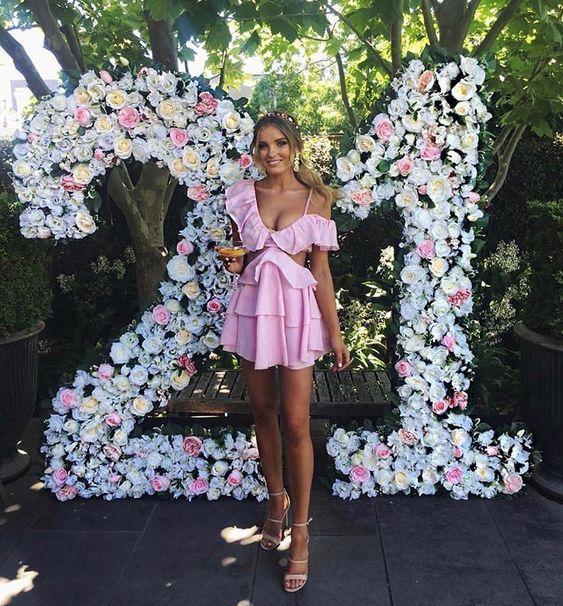 Número con flores de papel de seda o artificiales