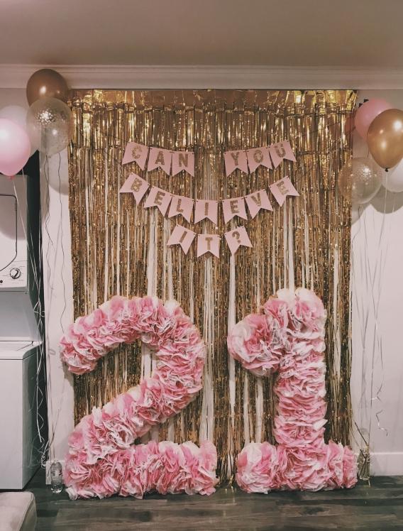 Número con flores de papel de seda o artificiales.