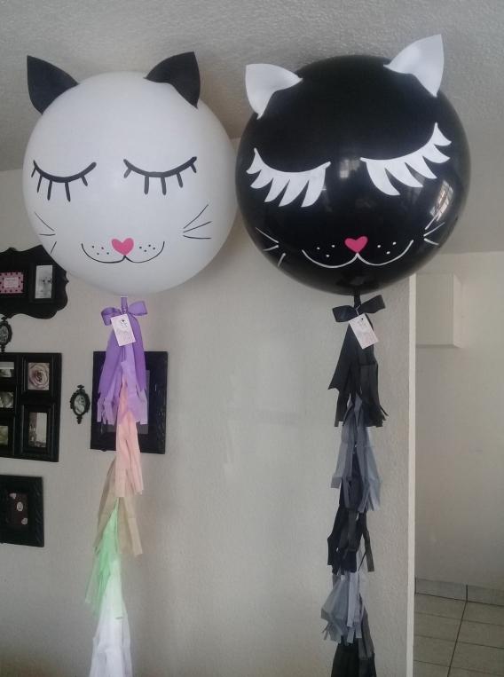 Globos gigantes decorados de gatos