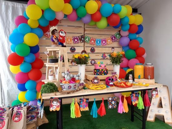 Mesa dulce con los kits imprimibles de Coco por Todo Bonito