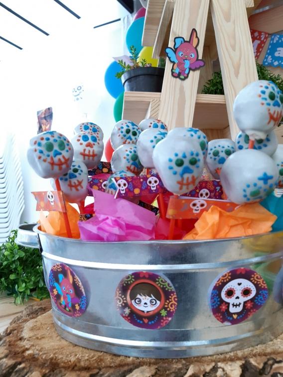 Cakepops de calaveras cumpleaños de la película Coco