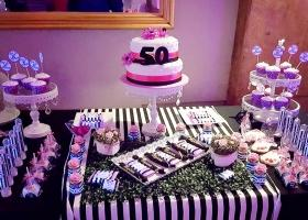 Los 50 años de Miryam con muchas flores y rayas