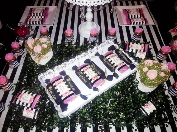 Ideas mesa dulce fiesta de 50 años con flores y rayas