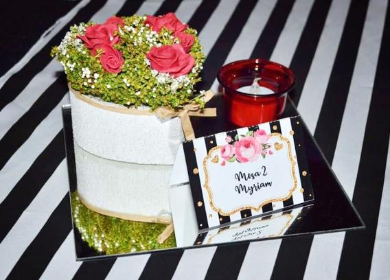Fiesta 50 años con flores y rayas