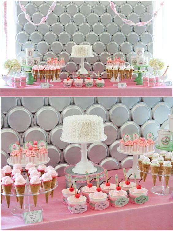 Fondo con platos fiesta blanco y rosa
